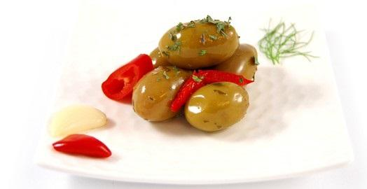 Olive denocciolate con peperoni e spezie